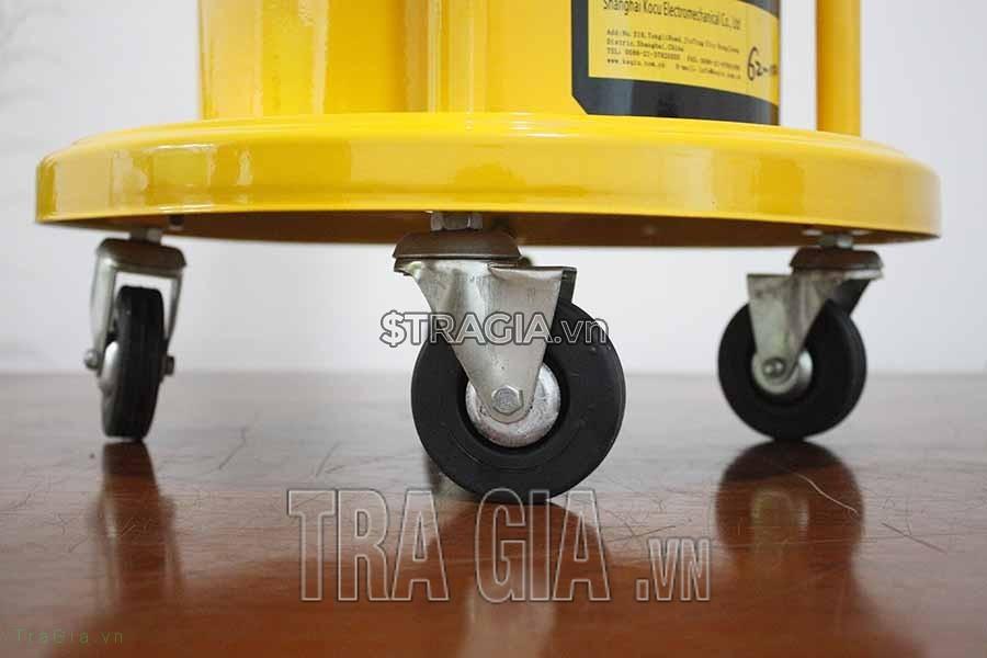 Máy bơm mỡ khí nén có hệ thống bánh xe giúp người dùng dễ dàng di chuyển