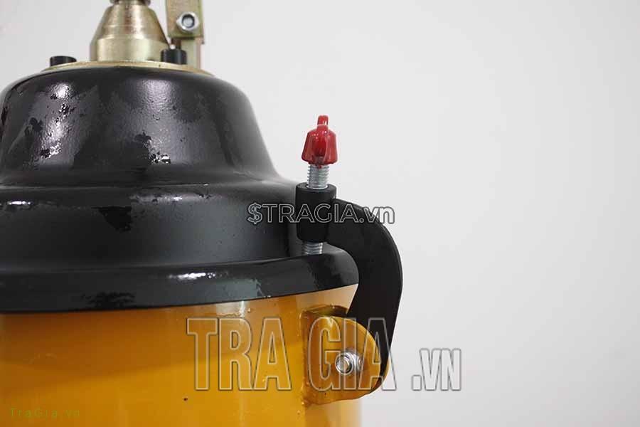 Chốt mở nắp của máy chắc chắn giúp mỡ không trào ra ngoài trong quá trình máy hoạt động