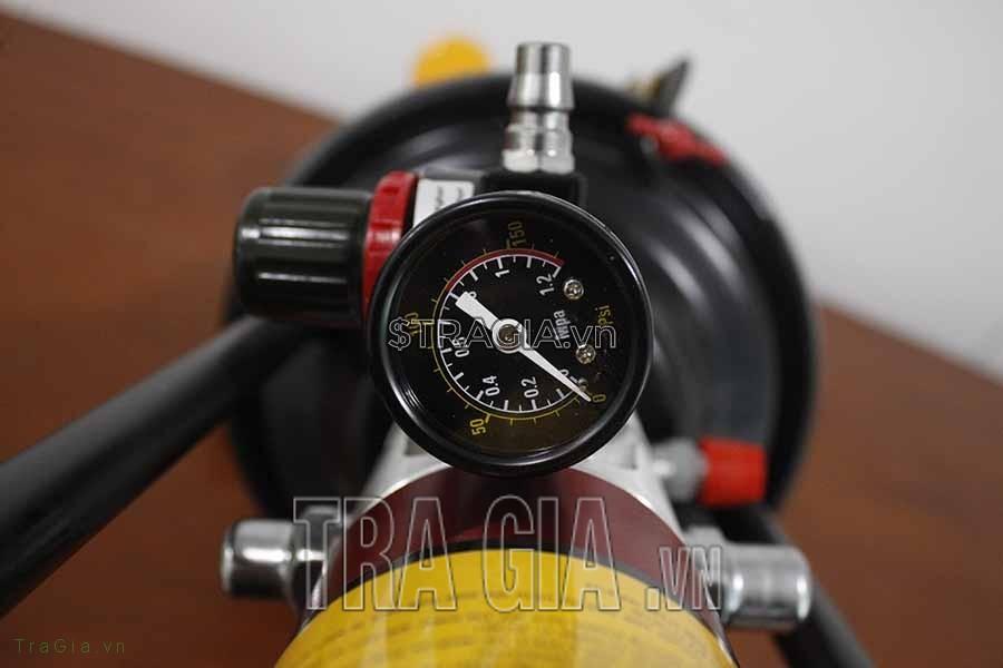 Máy bơm mỡ khí nén GZ-8 có đồng hồ đo áp lực, dễ dàng theo dõi trong khi sử dụng máy
