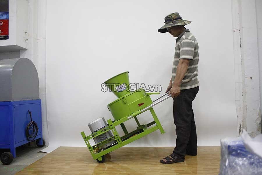 Máy được trang bị hệ thống bánh xe, tay cầm giúp di chuyển dễ dàng